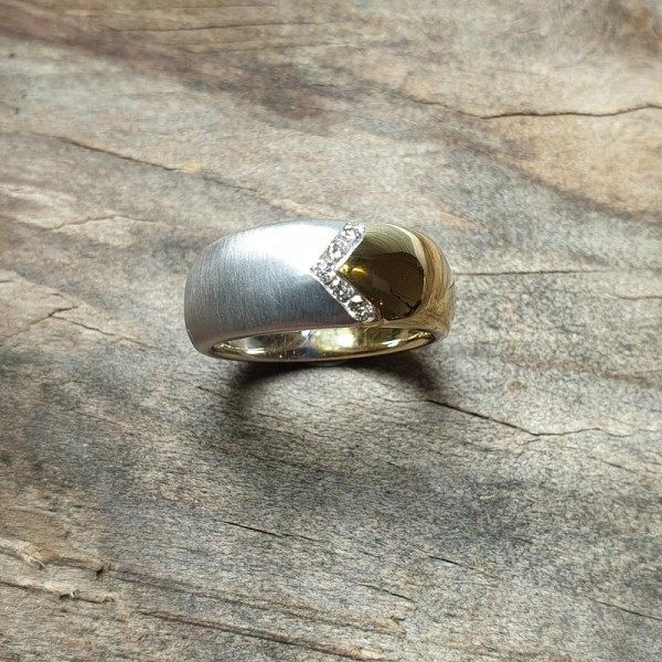 Ausdrucksstarker Bicolor-Ring